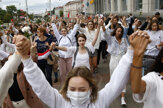 Ženy v bielom a s kvetmi v rukách žiadajú slobodu prejavu v Bielorusku