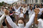 Ženy počas demonštrácie v Minsku.