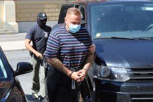 Rastislav Rogel prichádza do budovy Špecializovaného trestného súdu.