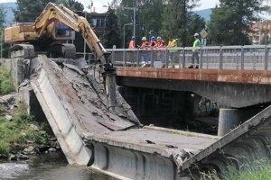 Demolácia zvyškov spadnutého mosta.