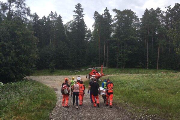 Zraneného chlapca na nosidlách preniesli do vrtuľníka.