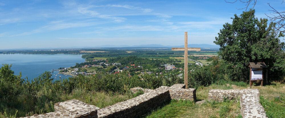 Panoramatický pohľad zo zrúcaniny kostolíka pod Senderovom.