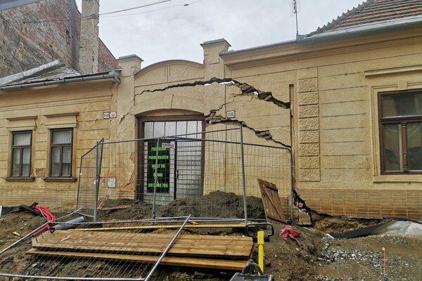 Okolie prasknutého múru zabezpečili a statik odporúča búranie.