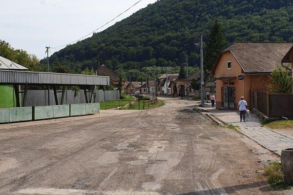 Na snímke vyfrézovaný povrch Ševcovskej ulice v Jelšave v okrese Revúca, ktorú samospráva rekonštruuje v rámci aktuálnej prvej etapy obnovy komunikácií.