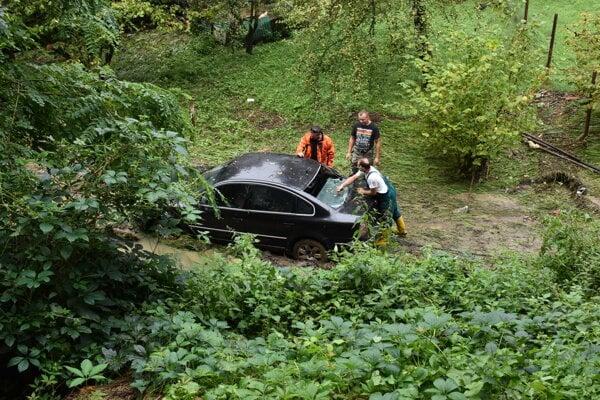 Pod autami sa prepadol svah. Skončili v rozbúrenom potoku.