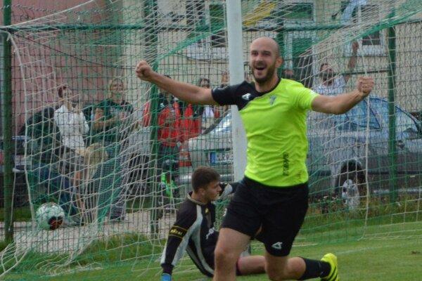 Kristián Beňo sa prvú hodinu zápasu na ihrisku iba hľadal, potom sa však dvomi gólmi postaral o vyradenie Dolných Vesteníc.