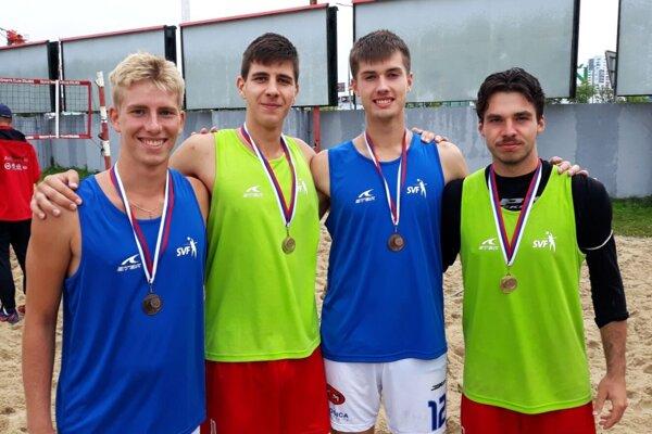 V modrých dresoch bronzoví Nitrania, v zelených víťazi M-SR. Zľava Samuel Porubský, Michal Trubač, Michal Kilian a Bruno Pavličko.
