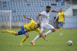 Stredopoliar Erik Daniel (v bielom) je jedným z hráčov náhradného tímu Slovana.
