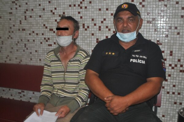 Roman B. (vľavo) čaká na verdikt súdu.