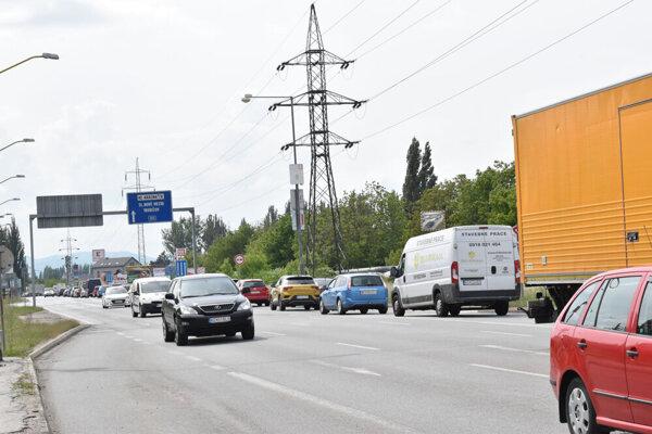 Slaneckou prejde denne podľa údajov mesta 30-tisíc vozidiel.
