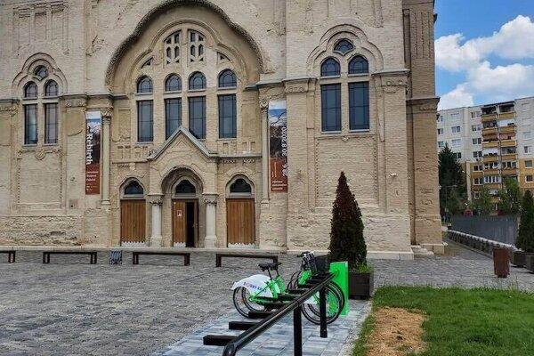 Zdieľané bicykle budú k dispozícii na viacerých miestach v Lučenci.