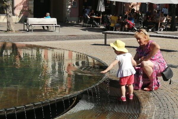 Dospelí musia vstupu detí do fontány zabrániť