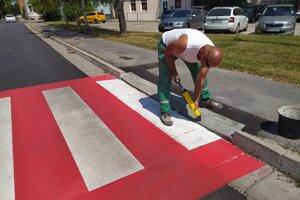 Po položení asfaltu nasleduje vyznačenie priechodov pre chodcov, na foto centrálny mestský okruh.