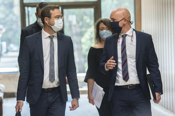 Na snímke vpravo minister školstva, vedy, výskumu a športu SR Branislav Gröhling a vľavo minister zdravotníctva Marek Krajčí prichádzajú na 34. schôdzu vlády SR 26. augusta 2020 v Bratislave.