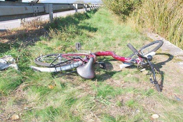 Bicykel, na ktorom jazdila zrazená cyklistka.