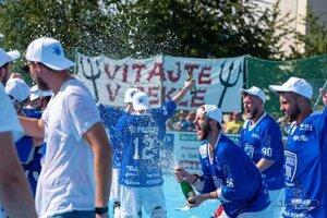 Lukáš Piják strieka so šampanským po zisku titulu.