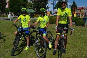 Cyklistický trojlístok, ktorý Lučenec reprezentuje aj súťažne. Peter Pavko (vpravo) a Michal s Marekom Nagyovci bikesharing v centre Novohradu oceňujú.
