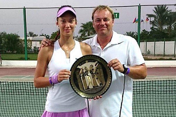 Tereza Mihalíková a tréner Ján Studenič pózujú s víťaznou trofejou v egyptskom letovisku Sharm El Sheikh.