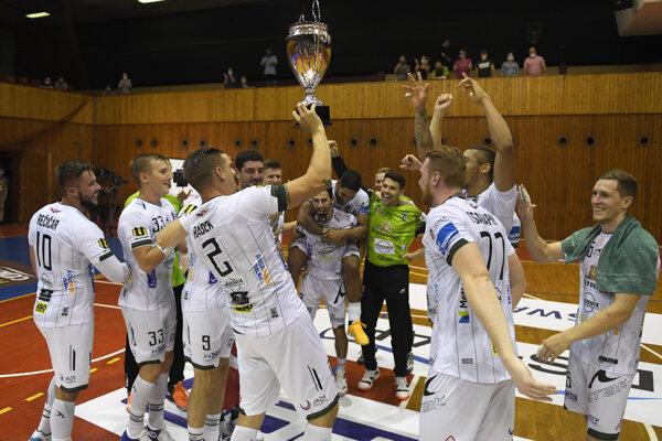 Hráči Tatrana Prešov sa tešia s trofejou po triumfe nad MŠK Považská Bystrica.