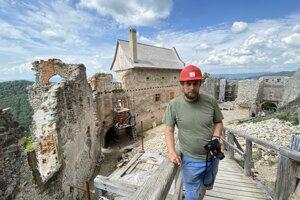 Martin Varga pred obnovenou budovou na hrade Uhrovec.