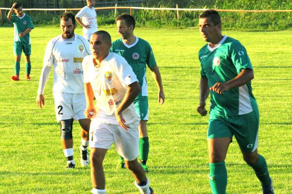 Futbalisti Hosťovej (v bielom) privítajú doma Žitavany, Čifáre (v zelenom) nastúpia proti Janíkovciam.