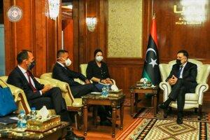 Šéf talianskej diplomacie Luigi Di Maio (druhý zľava) s počas utorňajšej návštevy Líbye stretol s Fájizom Sarrádžom (vpravo) najvyšším predstaviteľom vlády národnej jednoty.