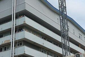 Pacienti s rodičmi im nadšene kývali z balkónov.