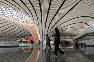 Hala terminálu medzinárodného letiska Peking Ta-sing.