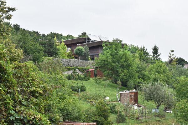 Jedna z rezidencií stojí nad okolitými záhradkami niekoľko rokov.