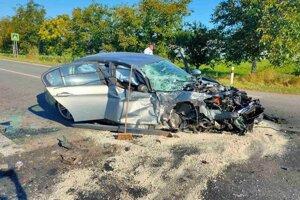 Predná časť auta je zdemolovaná.