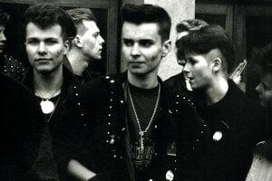 Depešáci vyznávali zasnenú elektronickú syntipopovú kapelu Depeche Mode a občas si jej znak domaľovali aj na líca, na fotografii v roku 1990.