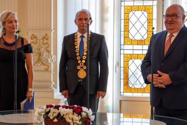 Emil Spišák (na snímke vpravo) počas slávnostného prijatia na spišskonovoveskej radnici.