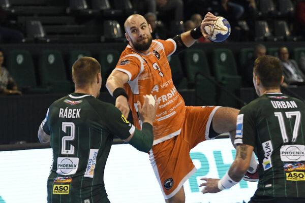 Patrik Hruščák (s loptou) bude opäť obliekať dres Košice Crows.