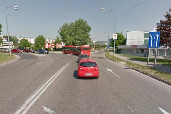 Miesto, kde by mala byť dopravná značka vyznačujúca hlavnú cestu.