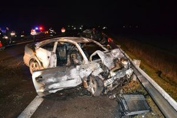 Vodiči oboch áut po čelnej zrážke zraneniam podľahli.
