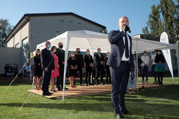 Gröhling v piatok povedal, že problémová škola by mala byť vyradená. Nevysvetlil ale, prečo sa proces na dva mesiace zasekol kvôli formalite.