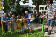 Pásku prestrihli najbližší Michala Kirschnera manželka Mária a syn Michal s deťmi.
