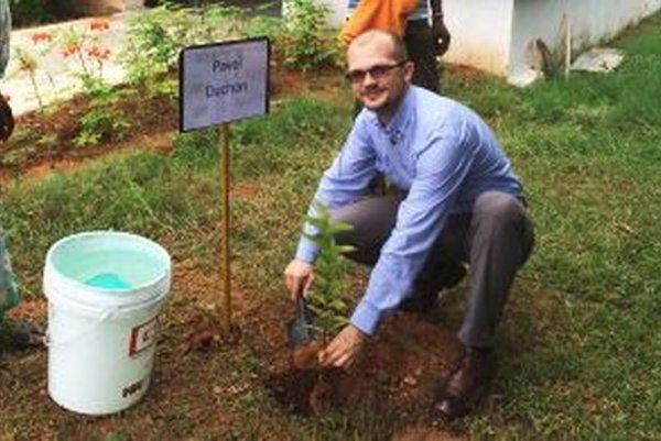 Pavol Duchoň sadí strom vIndii pri jednej zFLSmidth fabrík.