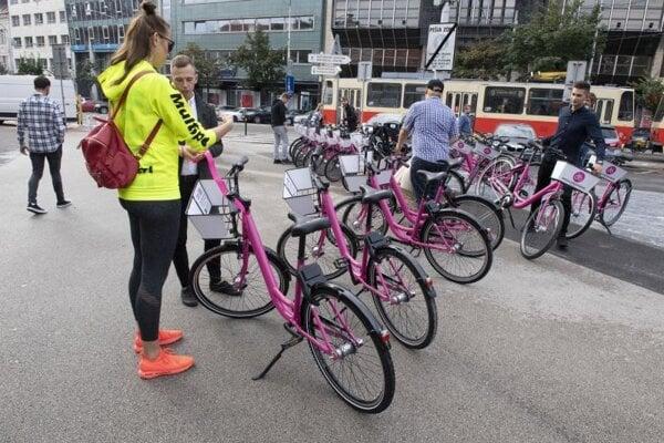 Ružové bicykle ako nový dopravný systém, ktorý predstavili na Námestí SNP v Bratislave.