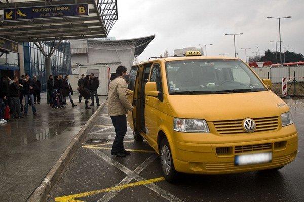Dopravca, ktorý vozí ľudí na letisko, si musí vybrať – buď si vybaví koncesiu na taxislužbu, alebo sa stane autobusovým dopravcom.
