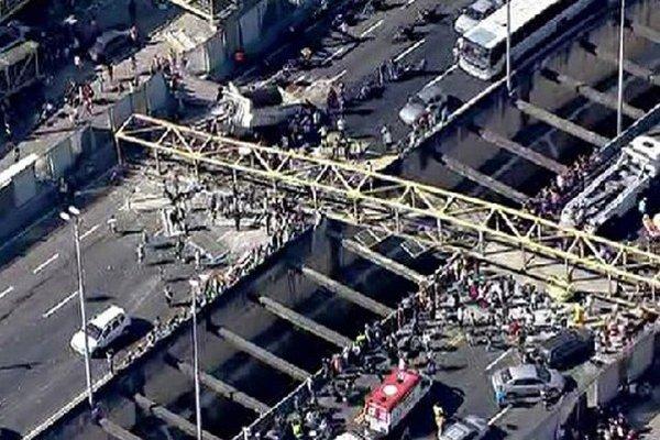 Mostná konštrukcia spadla po náraze nákladného vozidla. Zomreli 4 ľudia.