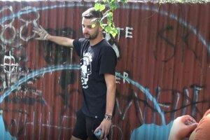 Aktivista Peter zorganizoval netradičné maľovanie na plot s poslaním.