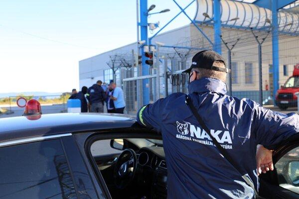 Na viacerých miestach v areáli Jadrovej elektrárne Mochovce a v Bratislave zasahuje NAKA. Ide o akciu špecializovaného tímu Elektro s krycím názvom Požiar.