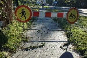 Značky pri stavenisku na Popradskej upozorňujú prichádzajúcich na zákaz prejazdu.