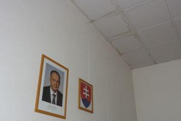 Zatieklo aj na portrét prezidenta republiky.