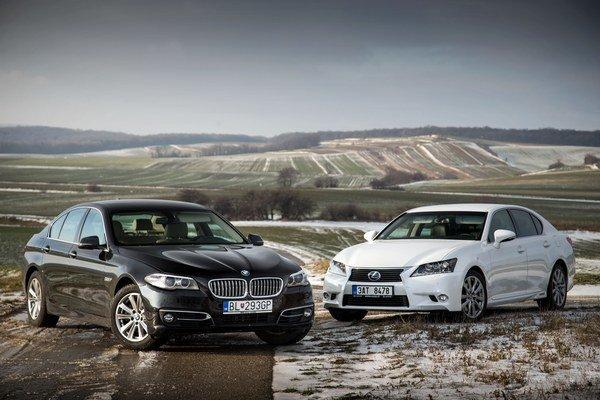 V predbiehaní s plynom na podlahe dokáže hybrid v Lexuse predbehnúť tradičný diesel od BMW.