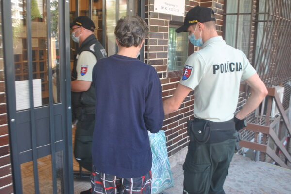 Policajti odviedli Petra zo súdu do väznice na Floriánskej ulici.
