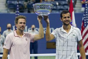 Chorvátsko-brazílsky pár Mate Pavič (vpravo) a Bruno Soares pózujú s trofejou pre víťazov mužskej štvorhry US Open.