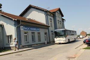 Železničná stanica v Šali.