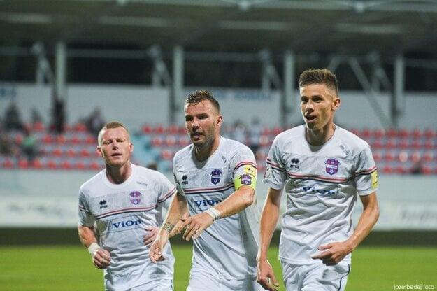 Tomáš Ďubek (v strede) bol v piatok najlepším futbalistom FC ViOn. Nahral na oba góly - hlavičku Filipa Balaja aj pravačku Dávida Hrnčára (vpravo).